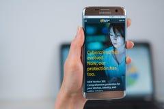 Nortonwebsite op mobiel wordt geopend die stock foto