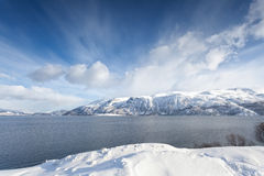 Noruega ártica, fiorde cercado por montanhas nevado Imagens de Stock Royalty Free