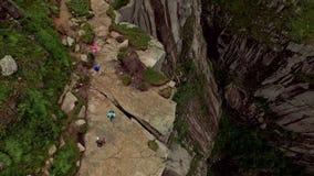 noruega Caminantes en un canto de la montaña Visiónes espectaculares altura Paisaje salvaje en Noruega almacen de metraje de vídeo