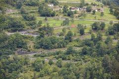 noruega Camino secundario de la montaña Paisaje rural noruego Trav Imagenes de archivo