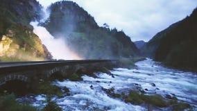 noruega Cascada famosa hermosa Latefoss o cascada de Latefossen en Noruega Paisaje noruego asombroso de la naturaleza almacen de metraje de vídeo