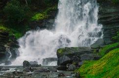 Noruega, condado de Hordaland Cachoeira famosa de Steinsdalsfossen Escumalhas Imagens de Stock