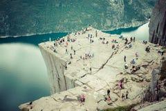 NORUEGA - 2 DE JUNIO DE 2012: el grupo no identificado de turistas goza de brea Fotos de archivo libres de regalías