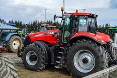 NORUEGA, DE SEPT. DE FARSTAD- EL 29 DE 2015: Tracción del tractor foto de archivo