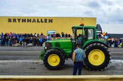 NORUEGA, DE SEPT. DE FARSTAD- EL 29 DE 2019: Tracción del tractor fotos de archivo