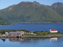 Noruega - fiordo, isla y aldea Foto de archivo