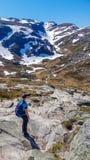 Noruega - hombre joven que goza de las monta?as coronadas de nieve imagen de archivo