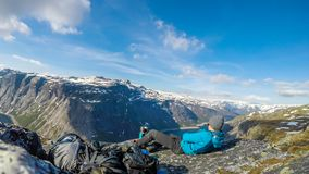 Noruega - hombre joven que tiene un descanso para tomar café en las montañas altas con la opinión sobre el lago fotos de archivo