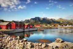 Noruega, islas de Lofoten, fiordos de las montañas del paisaje de la costa imagenes de archivo