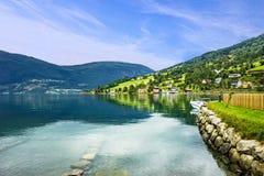 Noruega, lanscape Vila norueguesa dos fiordes Olden no verão Fotos de Stock Royalty Free