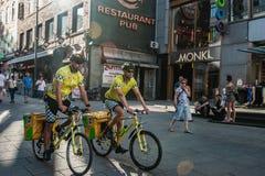 Noruega, Oslo 1 de agosto de 2013: Ambulancia de la bicicleta en Oslo Dos doctores en las bicicletas llenas del paseo del engrana imagen de archivo libre de regalías