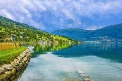 Noruega, paisagem - os fiordes na vila Olden Imagem de Stock Royalty Free