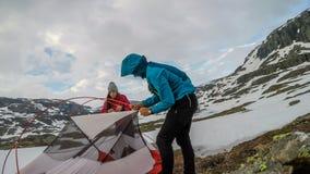 Noruega - un par que pone encima de la tienda en el desierto imagenes de archivo