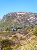 Noruega - un pequeño vilage situado en las montañas imagen de archivo libre de regalías