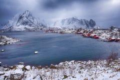Noruego tradicional Reine Village At One de los puertos de Lofoten foto de archivo