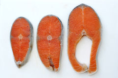 Norueguês cru Salmon On Chopping Board do corte fotografia de stock