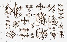 Noruegueses de Futhark islandic e runas de viquingue ajustadas Símbolos mágicos da tração da mão como talismãs baseados num guião Imagem de Stock