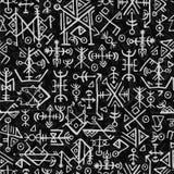 Noruegueses de Futhark islandic e teste padrão sem emenda do símbolo de viquingue Símbolos mágicos da tração da mão como as talis Imagens de Stock