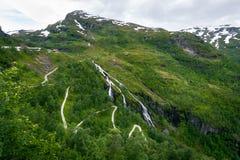 Norvegese in salita che fa un'escursione percorso al bello paesaggio Immagine Stock Libera da Diritti