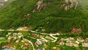 norway Bel horizontal de la Norvège village de pêche à l'arrière-plan d'une haute montagne banque de vidéos