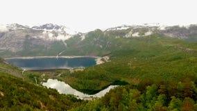 norway Bello paesaggio della Norvegia Lago blu nei precedenti delle montagne e delle foreste video d archivio