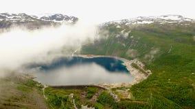 norway Bello paesaggio della Norvegia nuvole e nebbia sopra il lago nei precedenti delle montagne e delle foreste video d archivio