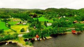norway Bello paesaggio della Norvegia villaggio pittoresco vicino al fiume L'antenna rivaleggia stock footage