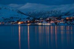 norway för natt för berg för fjordshusmoon polart typisk för norsk panorama arkivbilder