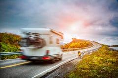 norway Husvagnbilresor på huvudvägen Royaltyfri Fotografi