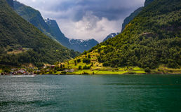 norway Il villaggio sulla banca del fiordo si è acceso con il sole af Immagine Stock Libera da Diritti