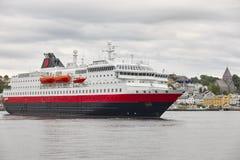 norway Kristiansund hamn med kryssning och färgade hus Trav Royaltyfri Foto