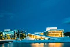 norway oslo Aftonsikt av den upplysta amonen för operabaletthus Fotografering för Bildbyråer
