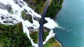 norway Passaggi potenti e bei della cascata sotto la strada principale Vista da sopra Siluetta dell'uomo Cowering di affari stock footage