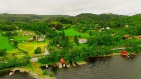 norway villaggio pittoresco vicino al fiume L'antenna rivaleggia archivi video