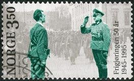 NORWEGEN - 1995: deutscher Kommandant der Shows, der Terje Rollem im Jahre 1945 begrüßt Lizenzfreie Stockfotografie
