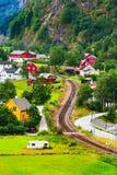 Norwegen-Dorf mit bunter Hauslandschaft Lizenzfreie Stockbilder