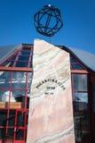 NORWEGEN: Ein großer hölzerner Kompass markiert den nördlichen Polarkreis Lizenzfreie Stockfotografie
