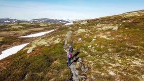 Norwegen - ein Paar, das in der Hochlandhochebene wandert stockfoto