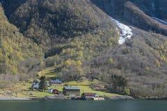 Norwegen-Fjordausflug olf Holzhaus und Bergblick Stockfotografie