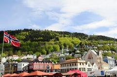 Norwegen-Flagge, Bergen Historical Buildings, Fløibanen funikulär lizenzfreie stockbilder