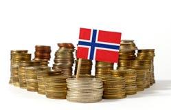Norwegen-Flagge mit Stapel Geldmünzen Stockbilder