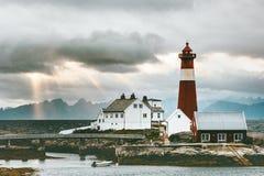 Norwegen-Landschaft-Tranoy-Leuchtturm in Sonnenuntergangmeer und Berge auf Hintergrund reisen Lizenzfreie Stockbilder