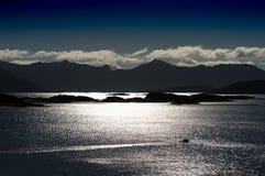Norwegen-Nordinseln, die Bootsschattenbildhintergrund reiten Stockfotos