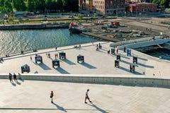 Norwegen, Oslo am 1. August 2013: Sch?ne Stadtansicht von modernen Geb?uden in Oslo vom Ufergegend Opernhaus stockfotos