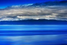 Norwegen-Ozeanflutwellen mit Horizontgebirgsabstraktion Stockfotografie