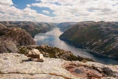 norwegen Steine am Rand der Kanzel-Felsenform so genannt Lizenzfreies Stockbild