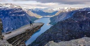 Norwegen - Stellung des jungen Mannes am Rand von Trolltunga lizenzfreie stockfotos