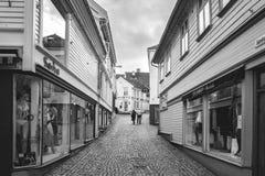 Norwegia, Stavanger, 07 30 2013 Smutna osamotniona starszej osoby para jest na opustoszałej ulicie Czarno biały rama editorial Zdjęcia Stock