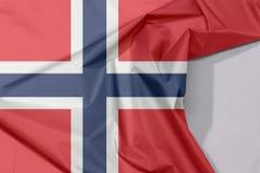 Norwegia tkaniny flaga zagniecenie z biel przestrzenią i krepa zdjęcia stock