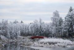 Norwegia w zimie, norwegu krajobrazie, spokojnej rzece i czerwień moście, obrazy royalty free